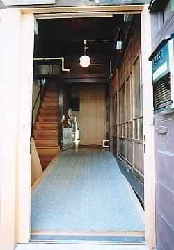玄関からスロープを見る